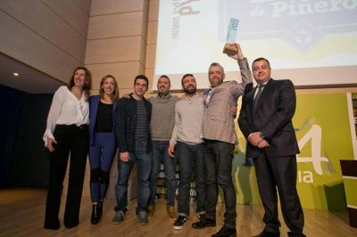 El equipo del Taller de Piñero recogiendo el premio