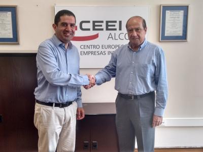 El Alcalde Toni Francés y el director CEEI Alcoy-Valencia Jesús Casanova durante la firma del convenio