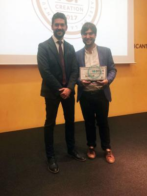 Javier Exposito recogiendo el reconocimiento a Mejor Idea Empresarial
