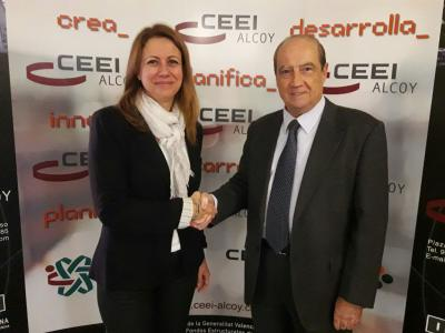 Jesús Casanova Director CEEI Alcoy-Valencia dando la bienvenida a  Carmina Ferri, CEO de Care Applications