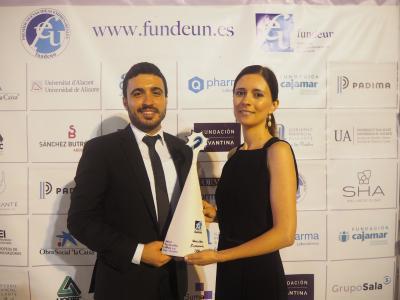 Alexandra Marín y Aitor Marco junto al Premio Fundeun 2018